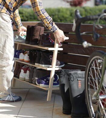 お天気の良い日に、靴を収納したまま外へ運んで天日干しもできちゃいます。玄関掃除もラクですし、靴のカビ対策にもなりますね。