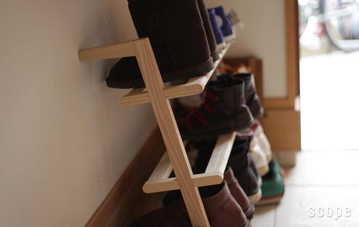 壁に立てかけるだけのシンプルな構造のラック。白木のナチュラルなデザインで、玄関を温かみのある印象にしてくれます。男性用の靴なら9足、女性用で12足、子供用で16足収納可能なので、機能性も満足です。