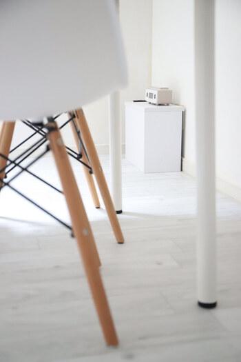 コンセント付きのルーター収納も便利です。ソファの横に置いておけば、ちょっとしたテーブルにもなります。こちらはコーナー専用の収納アイテム。コンセントもルーターもまとめて隠せるので、すっきりおしゃれに。