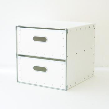 紙だけど硬くて丈夫なファイバー素材だから安心して収納できるボックス。いかにもシューズボックスというデザインのものが苦手な方におすすめ。