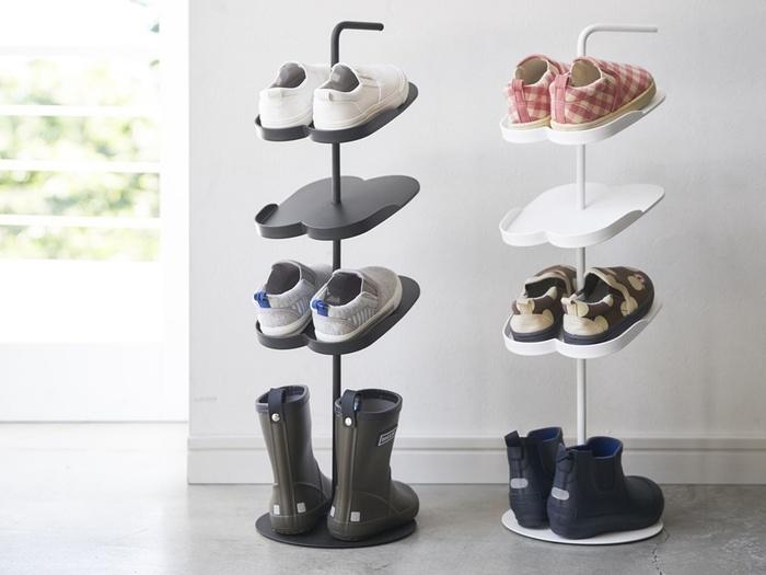 玄関の靴一足分のスペースで、お子さん用の靴を一気に4足収納できる便利なラック。子供用の可愛らしい靴をディスプレイしながら収納できます。一番下の段は、長靴やブーツを収納するのに適しています。