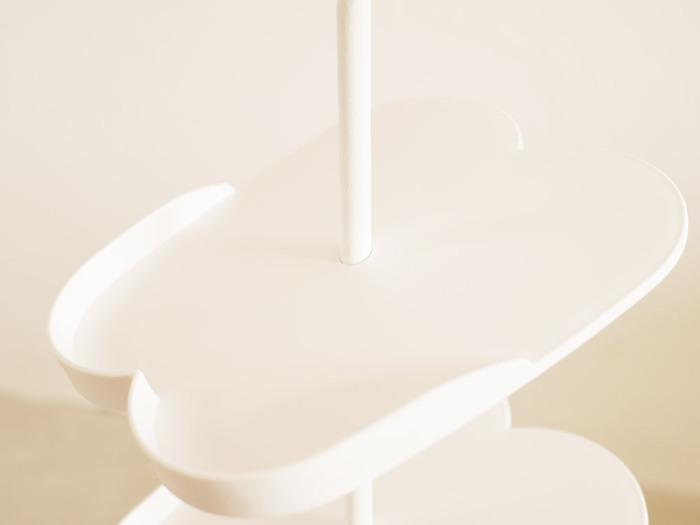 シリコーンリングでトレーの高さと向きがお好みで調整できるから、シューズのサイズに合わせた形にアレンジできます。上部はハンドル付きで簡単に持ち上げられるから、玄関掃除のときの移動も楽ちんです。