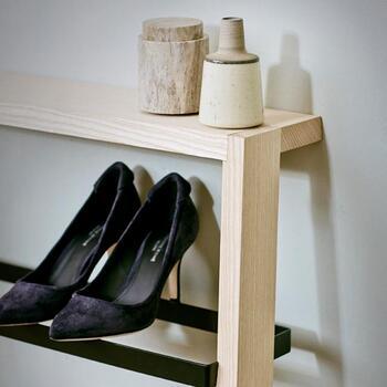 トップは棚板になっているので、お気に入りの小物などをディスプレイできます。置く靴にも小物にもこだわりたくなりますね。