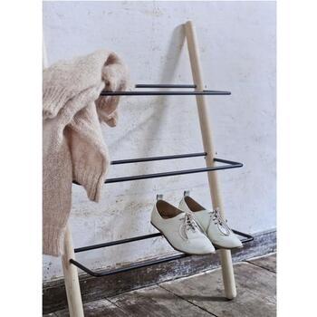壁に立てかけて使用することができるから、狭いスペースでも安心。風通しがいいから、長時間履いた靴を休ませるのにもぴったりです。