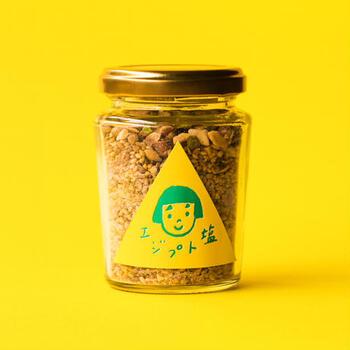 料理家のたかはしよしこさんが考案した「エジプト塩」は、アーモンド、塩、ピスタチオ、白胡麻、クミン、コリアンダーで作られた、香ばしくてエスニックな味わいが特徴です。かわいいラベルが貼られたお塩は、すべて手作りなんですよ。