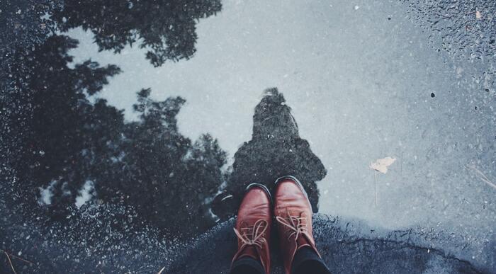 また、「おしゃれは足元から」と言われるほど、「靴」も重要なアイテム。  パッと目に入りやすい部分を整えていても、ふと視線を落とした足元はくたびれた靴だったら…「細やかなところに気付けない人」「目につくところばかり取り繕う人」というマイナスイメージ(&あなた自身の本質)につながることも…。