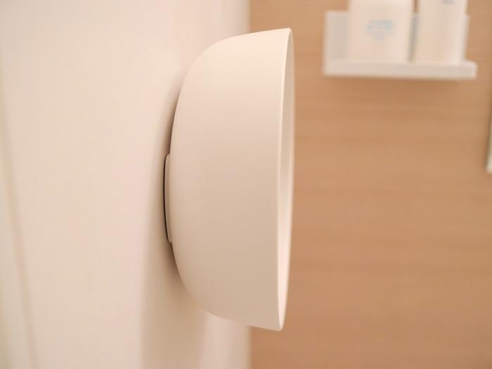 湯おけの底面についた磁石で浴室の壁面にくっつけて収納できる「マーナ(MARNA) 」のマグネット湯おけ。明るく清潔なホワイトの湯おけは、どんなインテリアにも合わせやすく、大きさも 約径22×7.6cmと少し小ぶりなので浮かせて収納してもスッキリして見えます。