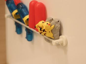 お風呂グッズで収納に困るおもちゃ。吊るして収納すれば乾きやすいけど、おもちゃによっては吊るすのが難しいアイテムもあります。そこでタオルラックに掛けたり差し込んだりして収納はいかがでしょうか。見た目も可愛らしく、取り出すのも片付けるのも簡単で乾きやすいのでお手入れも楽チンです。