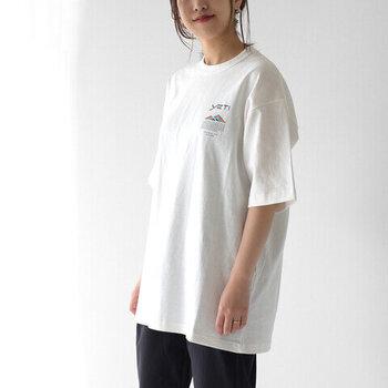 着丈・身幅共にオーバーサイズなTシャツは、だらしない印象になりがち。どちらか一方がオーバーサイズなものを意識して選んでみてください。例えばこちらは、着丈が長め。身幅も大きめではありますが、大きすぎないくらいのサイズ感。袖口も広がっていないので、自然な印象です。全体のバランスを見極めて選びましょう。