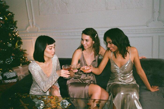 お酒が好きな人であれば、行きつけのバーを見つけるというのも新しい友達づくりの方法です。  同じお店に通うと店員さんとも仲良くなりますし、店員さん経由で他のお客さんと話すきっかけを作ってくれることもあります。お酒が入るとテンションが上がる人も多いので、会話も盛り上がりやすいです。