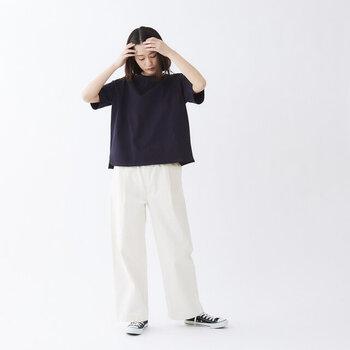 メンズライクな四角いシルエットが特徴のTシャツに、真っ白な太めのパンツを合わせて、雰囲気を盛り上げて。ブルーデニムにせず、白にすることでカジュアル過ぎない絶妙なバランスに仕上がります。