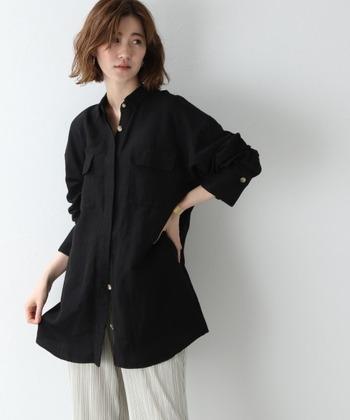 ビッグシルエットのシャツは、ボタンを上下外し、腕をまくったりとラフに着こなして。堅苦しくないシャツコーデにする秘訣です。