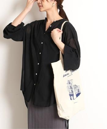 ノーカラーのシャツは、後ろが長くなっている変形タイプ。お尻がすっぽりと隠れるので、タイトスカートが苦手でもチャレンジしやすいですよ♪トートバッグなどラフなアイテムを合わせてリラックスムードに。