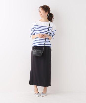 足首がちらりと覗くタイトスカート。履くだけで大人な雰囲気になるので、ボーダートップスと合わせてパリジェンヌな装いにシフト。