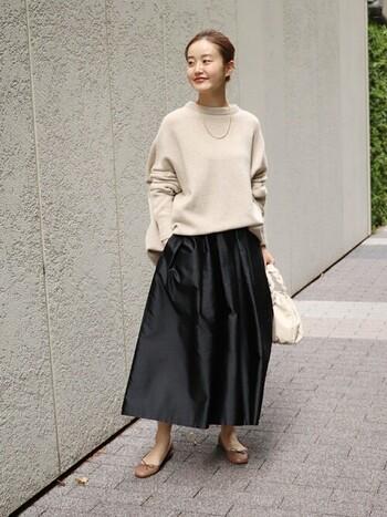 少し艶感のあるスカートには、レディライクなベージュのトップス、キャメルのバレエシューズを合わせてきめ過ぎない女性らしい装いに。ヘアをアップにするだけで爽やかさもプラスできます。
