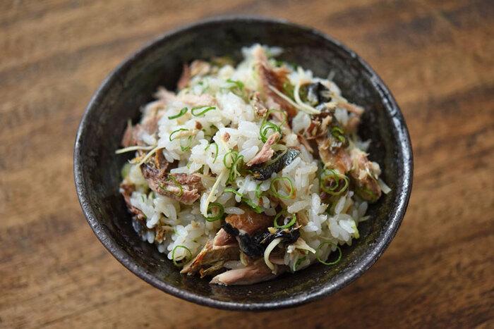 前日のさんまの塩焼きが残っていたら、迷わず混ぜご飯にしましょう。ほぐした身とたっぷりのネギや生姜を炊きたてご飯に混ぜたら、お酒の締めにぴったりの混ぜご飯の完成。最後に白ごまをふっても美味しそうですね。