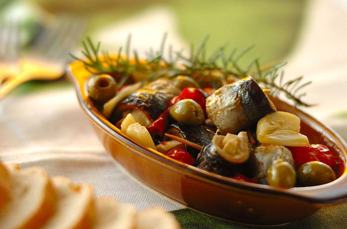 和食のイメージが強いさんまですが、ワインに合わせるならアヒージョでいただきましょう。耐熱皿に具材とオリーブオイルを入れて魚焼きグリルで10分ほど焼くだけ。残ったオイルはバゲットにつけても美味。