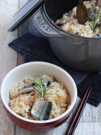さんまのアヒージョで炊き込みご飯はいかが? アヒージョのオイルに、お米を加え炊き込みご飯にしています。わざわざ炊き込みご飯用にアヒージョを作らなくても、残りを炊き込みご飯にしてもいいですね。