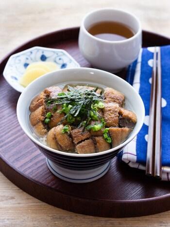 締めの定番お茶漬け。さんまの蒲焼きを作っておいてだし茶漬けにしませんか? まずはだし汁をかけずに楽しんで、ひつまぶし風に楽しむこともできます。さんまの蒲焼きのお惣菜を使うとさらに簡単に作れます。
