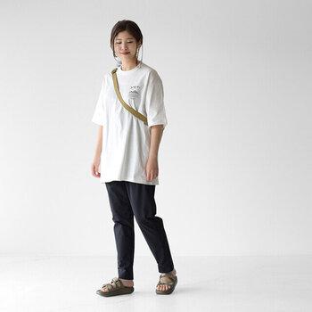 一番簡単な組み合わせは、ゆったりしたオーバーサイズTシャツ×タイトなスキニーパンツ、あるいはスッキリとした印象になるテーパードパンツでしょう。バランスよくまとまる、相性GOODな定番のコーディネートです。