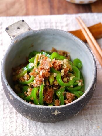 ワタもヘタも捨てずにピーマンを丸ごと使って作る、エコなおかか炒め。仕上がりもピーマンのタネが白ゴマのようになり、見た目も食感も良く、お弁当の彩りにもバッチリ使えます。