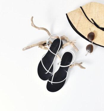 山羊革の細ストラップで、ヌーディーな印象に仕上げたフラットサンダル。装飾感のないシンプルさで、足元をスッキリ見せてくれる繊細なデザインがポイントです。リラックススタイルにもフェミニンスタイルにも、コーデを選ばず合わせられます。