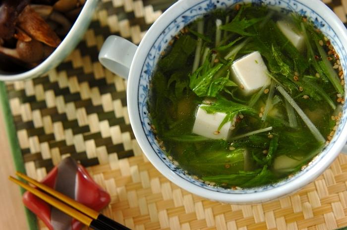 さっぱりテイストの「豆腐と水菜の中華スープ」は、最後に垂らしたごま油が香ばしくていい香り!シャキシャキな水菜もお口直しに一役買ってくれます。