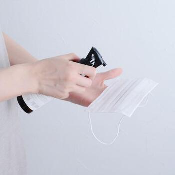 お部屋に使うだけでなく、マスクにスプレーするのもおすすめ。空気がこもりがちなマスクにシュッと吹きかければ、ストレスなく使えそうですね。