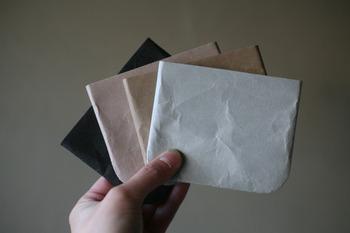 ポリエステルリサイクル繊維を和紙漉きの製法で作ったハードナオロンという紙を用いて作られた小物入れ。紙独特のシワっぽい風合いもありながら、やぶれにくく耐水性にも優れています。