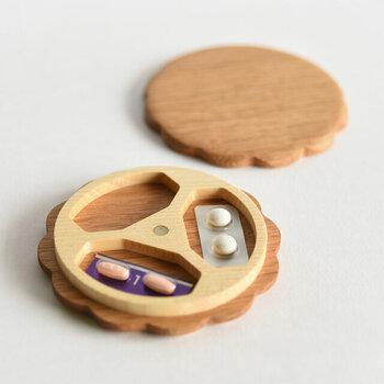 朝・昼・晩の3回分のお薬がかわいらしく収められるようになっています。上蓋と本体は磁石でパチンと引っ付く構造だから、開け閉めもラクです。