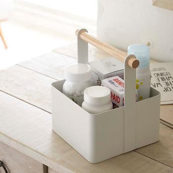ホワイトと木の組み合わせがナチュラルな、山崎実業の生活雑貨シリーズ「tosca」のツールボックスです。ナチュラルな木目と清潔感のあるホワイトのスチールが、おしゃれで可愛らしい空間を演出してくれます。こちらは少人数世帯の薬箱としておすすめのSサイズ。