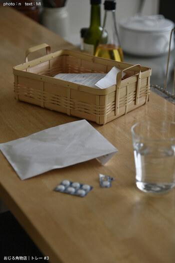 袋に入った飲み薬は、竹のバスケットに入れて。ハンドル付きのバスケットだから、持ち運びしやすそうです。