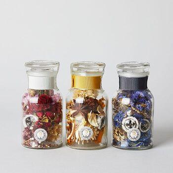 小瓶に色鮮やかな花やスパイスを詰めた、美しいポプリです。香りでも見た目でも癒やされますね!赤はローズ、黄色はパチュリブレンド、青はシナモンアンバーです。甘さとスパイシーさのある香りをお楽しみください♪