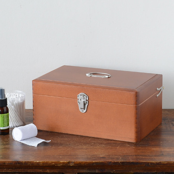 昭和時代の保健室にあったような懐かしさただよう木の薬箱。シンプルなデザインなのでどんなテイストのインテリアにも馴染み、長く愛用できます。