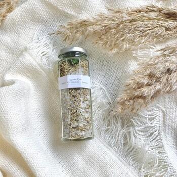 シーソルトとアロマオイル、ハーブを詰めたポプリ。ローズマリーは集中力や記憶力をアップさせると言われているので、デスクに置いておくと良いですね。時間が経って熟成すると香りが変化します。