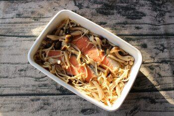 あっという間にできる簡単な常備菜、生鮭ときのこの和風マリネ。耐熱容器に生鮭を入れ、調味液を加えて電子レンジにかけるだけです。お弁当にもおかずにもぴったりですね。