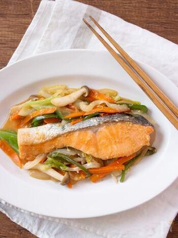北海道の郷土料理、ちゃんちゃん焼き。キャベツや玉ねぎなどの野菜もたっぷり摂れて、栄養満点です。本来は鉄板で豪快に作りますが、ホットプレートでもOK。秋鮭や時鮭などその季節の天然の生鮭で楽しみましょう。