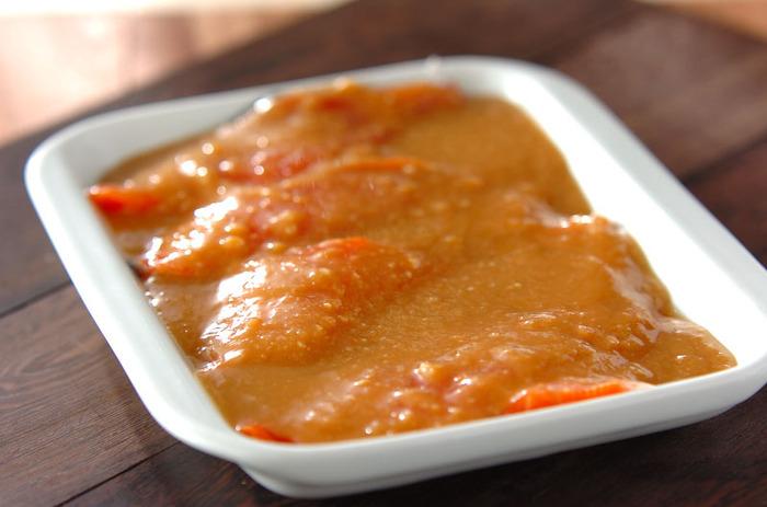 生鮭を味噌ダレに漬け込んで冷凍しておけば、好きなときに使える便利な一品に。お弁当はもちろん、時間がないときのおかずとして重宝します。野菜などと炒め合わせたりするのも美味しそう。