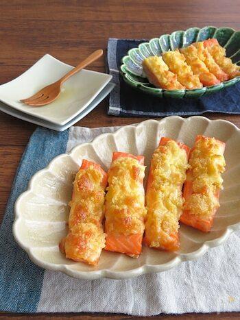 鮭に、チーズ・マヨネーズ・パン粉を合わせたものを塗って、トースターで焼きます。こんがり色よく仕上がったパン粉焼きは、ちょっとフライ風でコクもあり、お弁当にぴったりです。