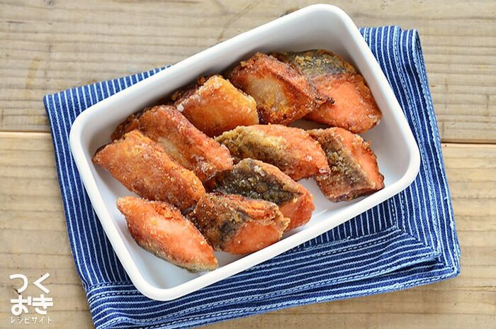 前の晩に、骨を取った生鮭をタレに漬け込んでおけば、朝は片栗粉をまぶして揚げ焼きにすれば完成。骨なしの竜田揚げは、子供も食べやすくてお弁当によく合います。
