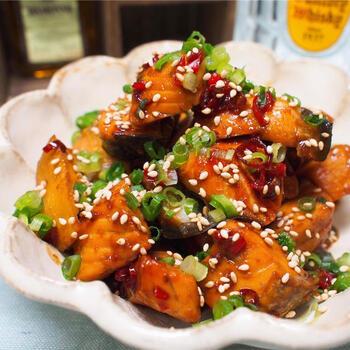 塩を使っていない生鮭は、ピリ辛の味付けをして楽しむのもおすすめ。こちらは、照り焼き。ご飯の進むおかずにもなり、またおつまみとしてもぴったりです。