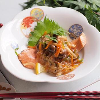 生鮭を野菜とともに蒸して、あんをかけた上品なひと皿。和食膳のメインになるお料理ですね。さっぱりヘルシーで、健康が気になる方やダイエット中の方にもおすすめです。