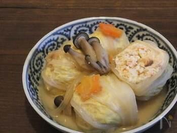 生鮭を豆腐などと混ぜ、白菜でくるんでことこと煮込みます。ふわふわで、とろとろ♪ヘルシーなのにおなかいっぱいの満足おかずです。