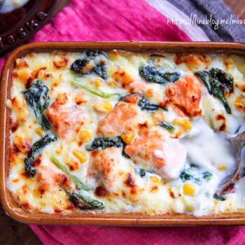 ホワイトソースなしで簡単にできる生鮭のグラタン。具材とともに粉も一緒に炒め合わせ、ミルクを3回に分けて入れたら、あとはチーズをのせて焼くだけです。簡単、豪華、喜ばれるメインデッシュ。