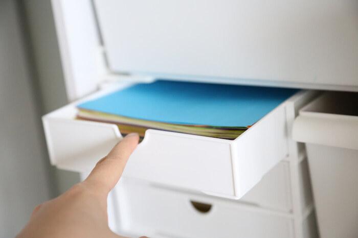 折り紙や色鉛筆など文房具類も収納しやすいですが、薬や爪切りのような衛生用品、キッチン雑貨、メイクアイテムの収納など、幅広く使用されています。