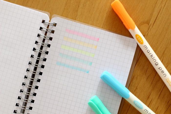 濃すぎることもなく絶妙な透け感。蛍光色がチカチカせず、目に優しいところがお気に入りのポイントだそうです。 ノートを開くとぱっと目がいくので、マーキングペンは必須アイテムですよね。