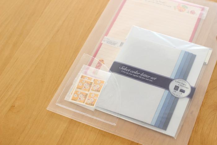 切手のような小さなものは、ファイルのなかで埋もれると取り出しにくくなったり、いつの間にか折れ曲がっていたり。ポケットホルダーを貼っておけば、目に付きやすく、出し入れも簡単に。