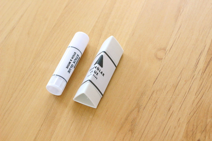 思わずパケ買いしたくなる、ホワイトカラーにシンプルなロゴのスティックのり2種類(別売り)です。 左側が貼ってはがせるのり、右側は普通のスティックのりです。