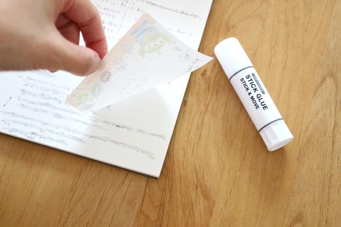 貼って剥がせるのりは、メモ用紙をフセンのように扱えるようになるので便利ですよね。 リップクリームサイズのスティックだから、ペンケースやポーチにも入れやすいです。