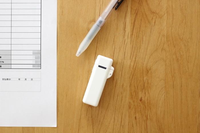 印鑑ケースにはいろいろな形状がありますが、セリアのはユニーク。ワンタッチでポンと開くと、蓋の中に朱肉が仕込んであります。